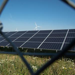 Dwie turbiny wiatrowe omocy 1,8 MW każda orazfarmę fotowoltaiczna omocy 0,994MW – instalacje te już produkują energię elektryczną isą ważnym elementem oleckiego klastra Fot.Grzegorz Siemieniuk