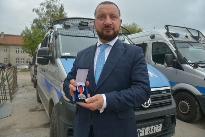 Prezes WFOŚiGW wOlsztynie odznaczony medalem zazasługi dla policji
